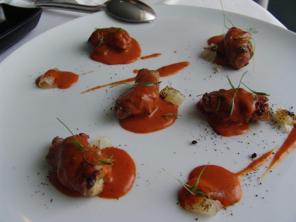Gioja - Marretti di animelle di Agnello con crema al pomodoro, cipolla al sale affumicato e polvere bruciata