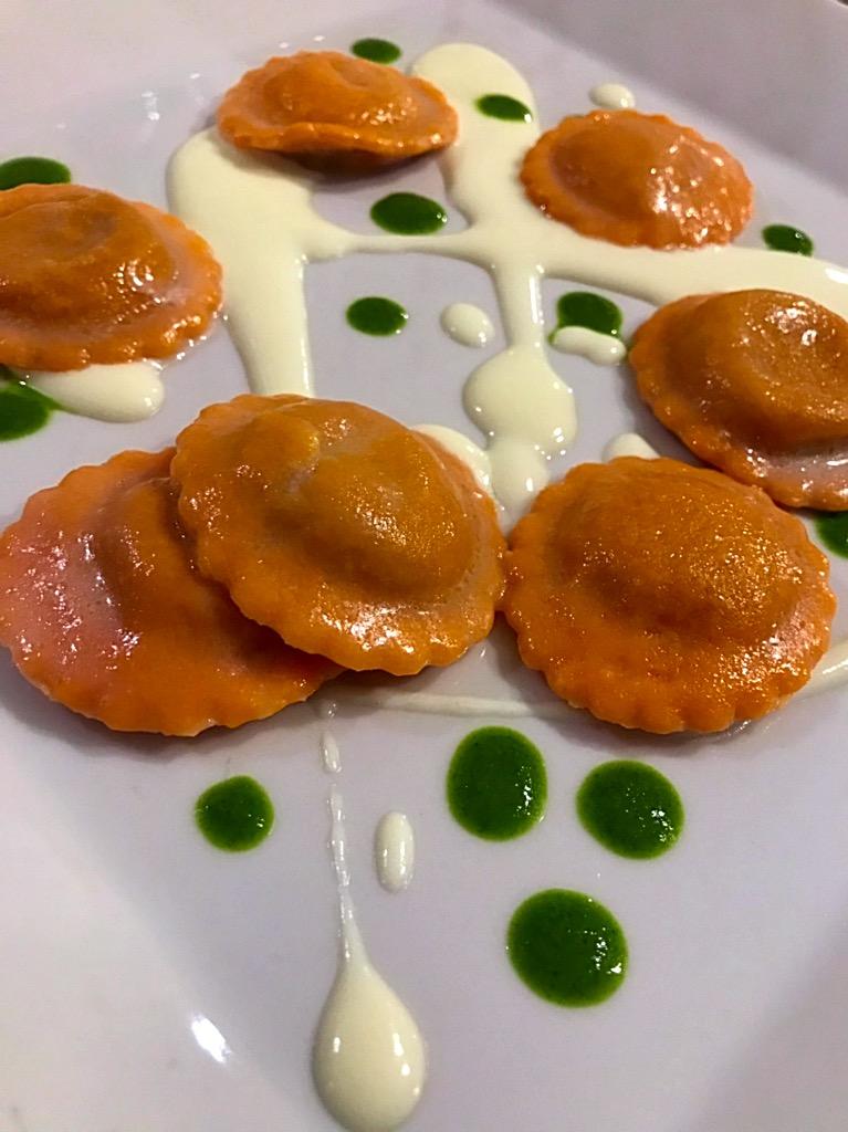 Giulio Restaurant - Ravioli artigianali al rosso di pomodoro San Marzano con patè di melanzane e dragoncello, su fondo di pecorino e salsa di basilico