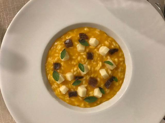 Giulio Restaurant - Riso carnaroli con caprese di pomodorino giallo del Vesuvio, caprino a pasta molle, origano selvatico ed acciughe salate