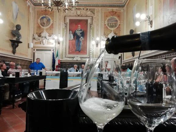 La degustazione nella bella sala consiliare di Sant'Agata dei Goti