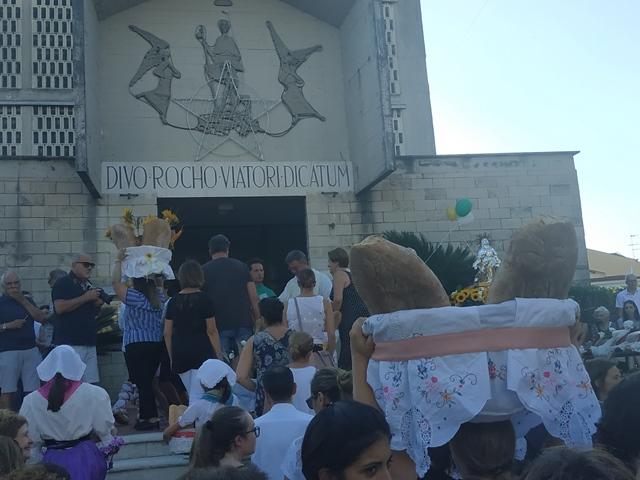 Il momento finale della processione, davanti alla chiesa di San Rocco