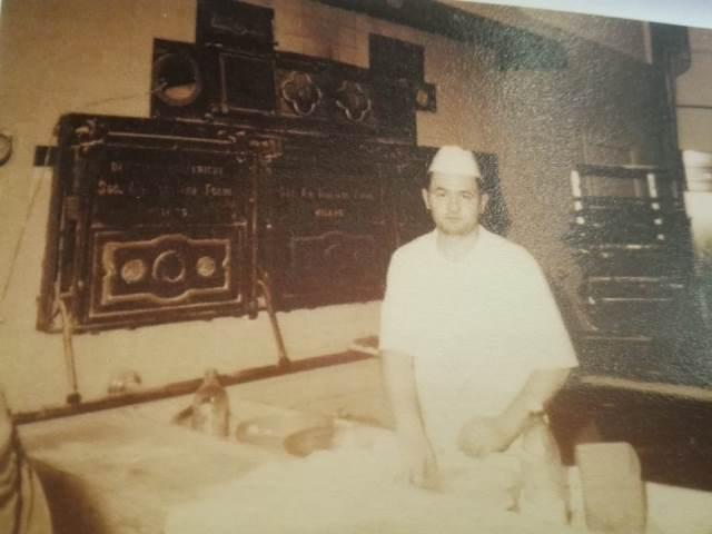 Marcello Dragonetti 23 anni fa davanti al vecchio forno in ghisa