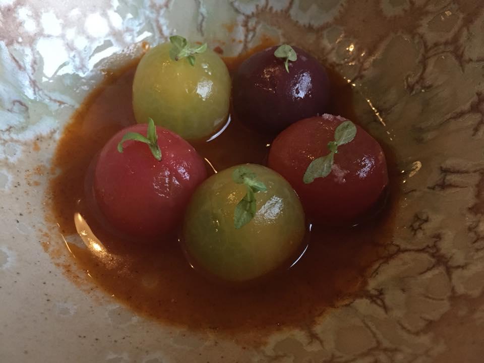 Amass, Copenhagen, pomodori in dashi di pomodoro, olio di pomodoro affumicato e basilico