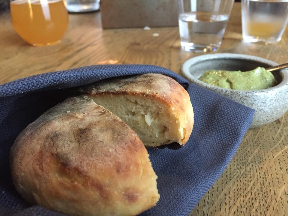 Amass, Copenhagen, pane di patate con crema di melanzazane arrostite, semi di girasole e cavolo riccio