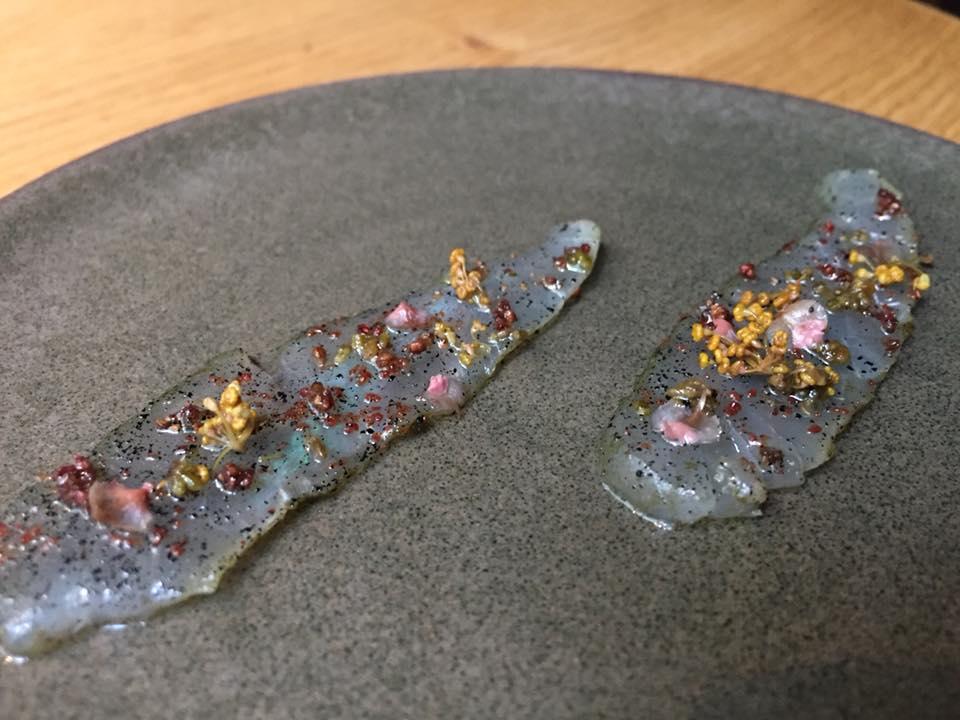 Kadeau, rombo liscio, fragole e semi di prezzemolo