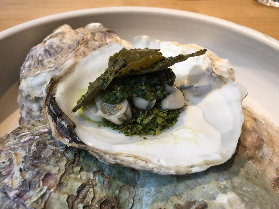 Kadeau, ostrica norvegese di Limfjord, patate e foglie di ribes nero