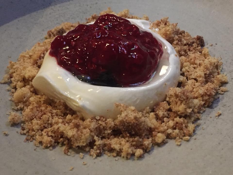 Amass, Copenhagen, gelato al latte, marmellata di lamponi e rabarbaro, crumble al caffe'