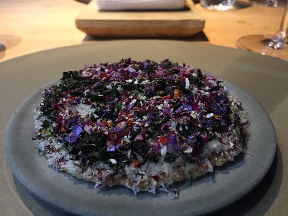 Kadeau, pancake all'orzo, con grasso di manzo e formaggio Havgus, fiori ed erbe del giardino