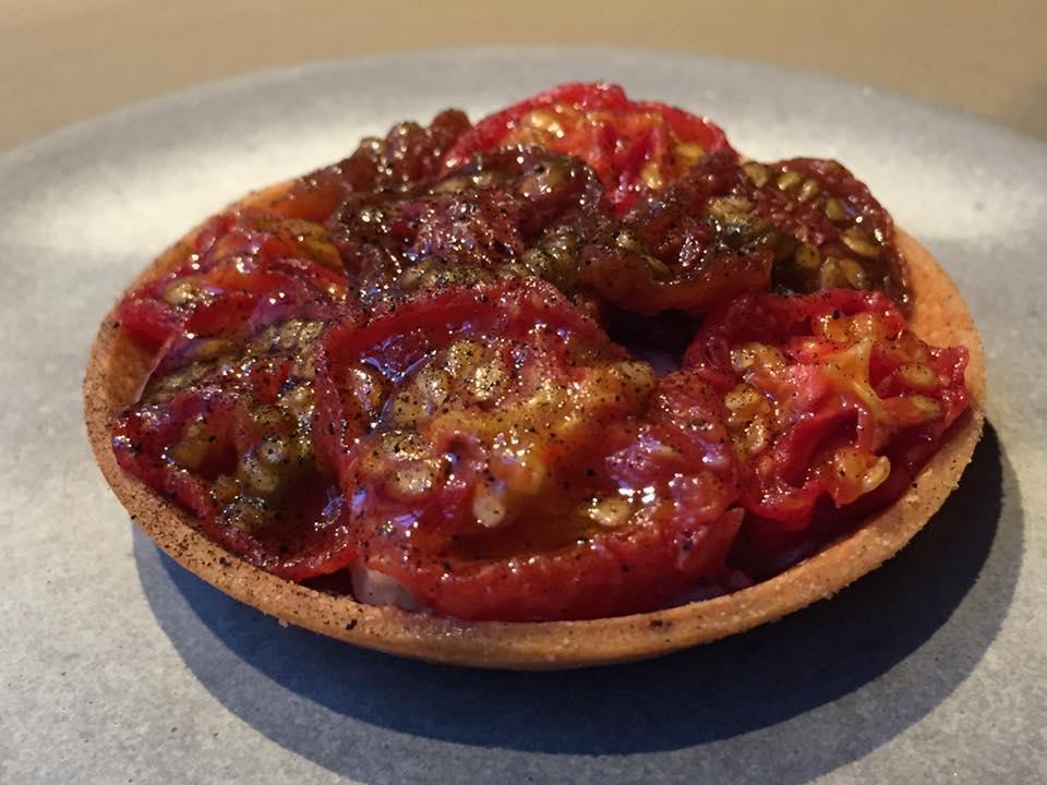 Kadeau, tart con aragosta, panna caramellata e pomodorini secchi