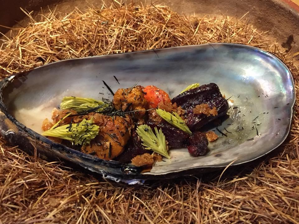 Kadeau, horse mussel con barbabietola rossa e germogli di abete