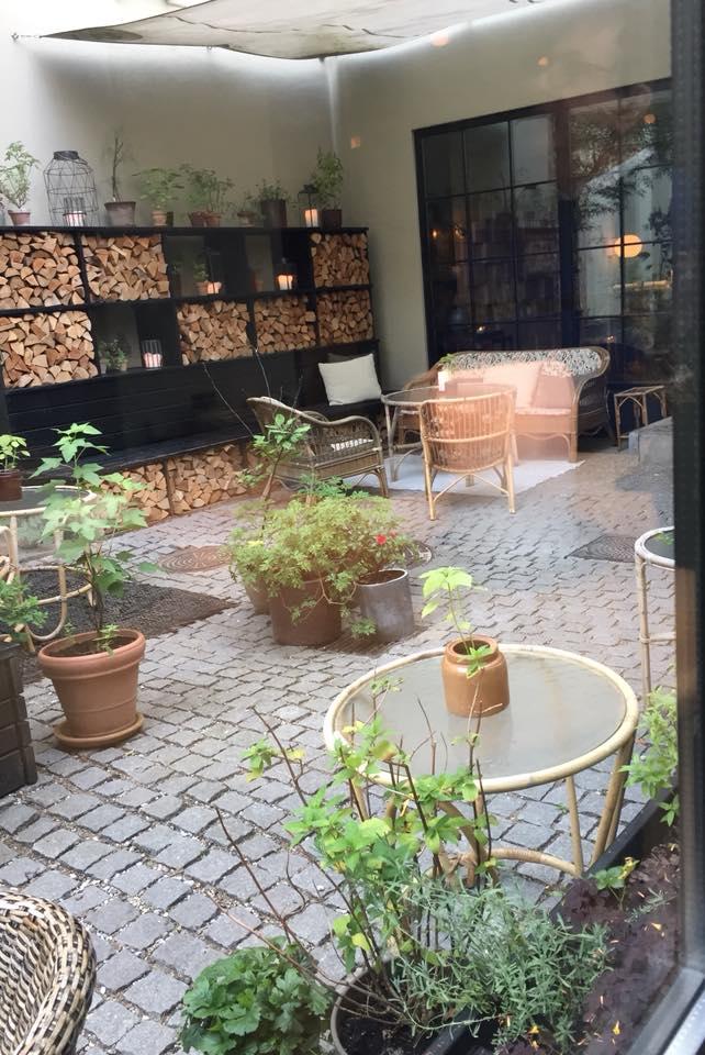 Kadeau, scorcio del giardino interno