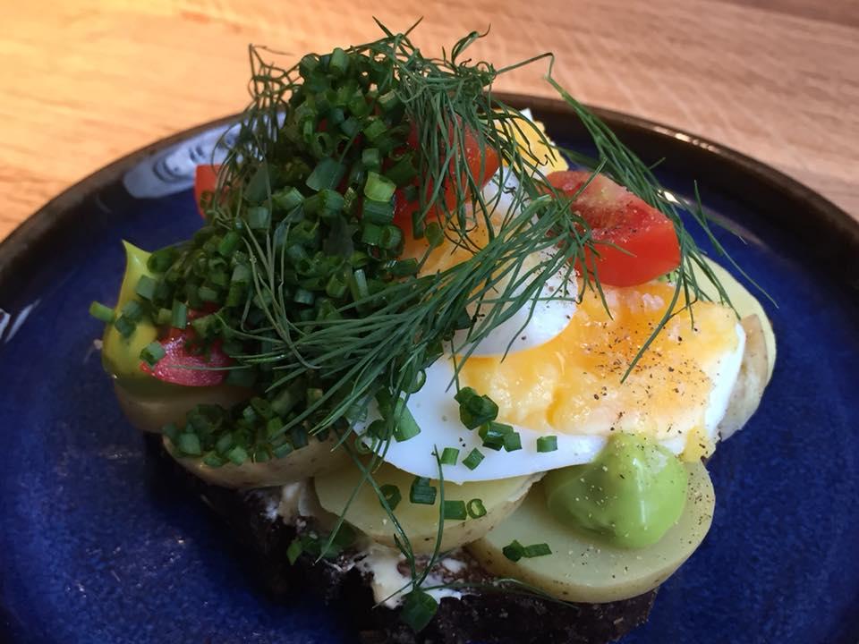 Ol & Brod,smorrebrod speciale estate, con uova, patate e pomodori