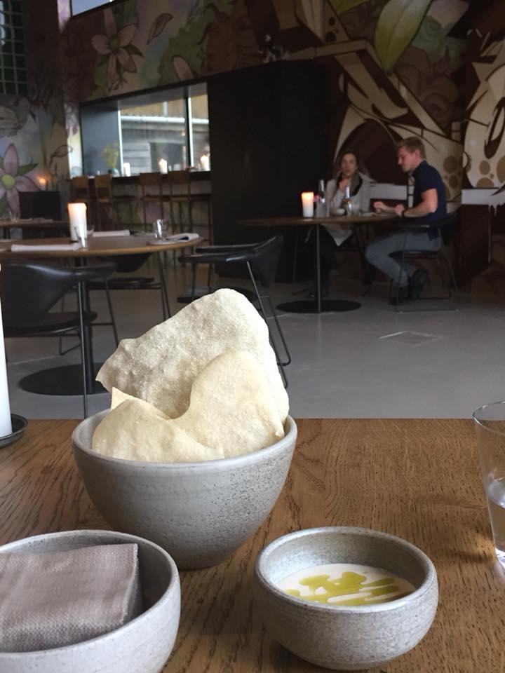 Amass, Copenhagen, chips di sedano fermentato con emulsione di bucce di patate arrosto e cetriolo salato