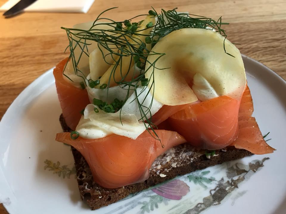 Ol & Brod,smorrebrod con salmone affumicato, aneto e panna