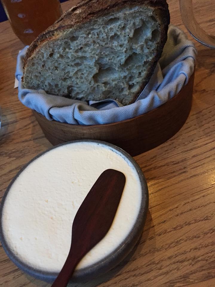 108 restaurant a Copenhagen, il pane da lievito madre con la panna salata