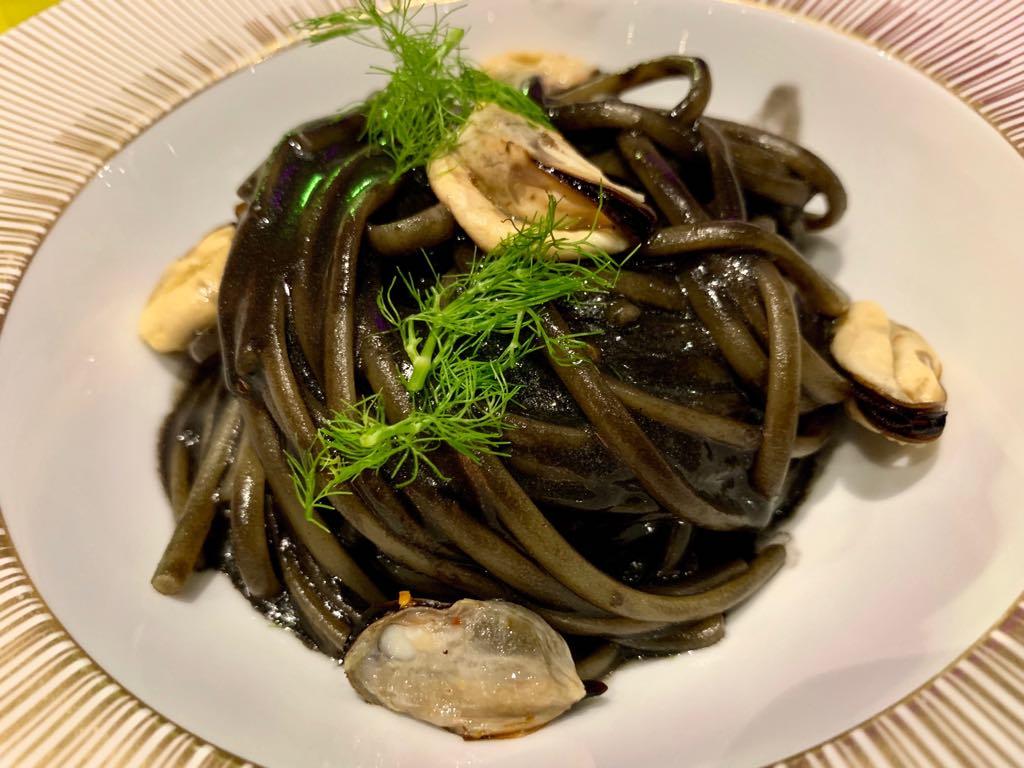 Linguina di semola di grano duro all'emulsione di aglio nero fermentato, peperoncino lungo Quagliettano Spungulicchio mano di Buddha e cozze