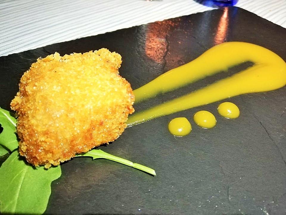 Al Mare - Tonno in pane panko su ketchup di datterino giallo