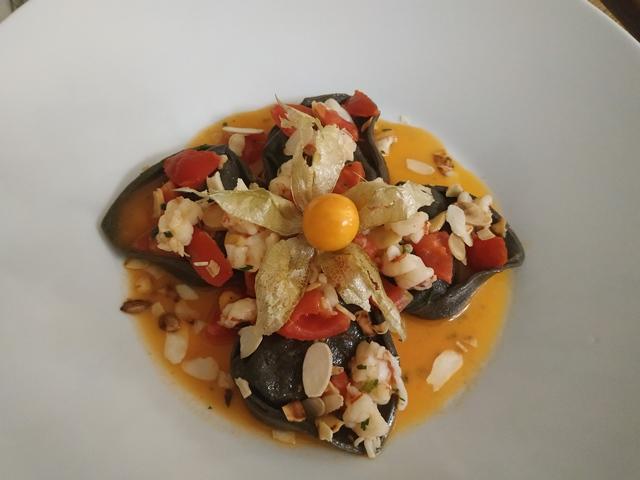 Osteria Nobili - Ravioli al nero di seppia ripieni di salmone