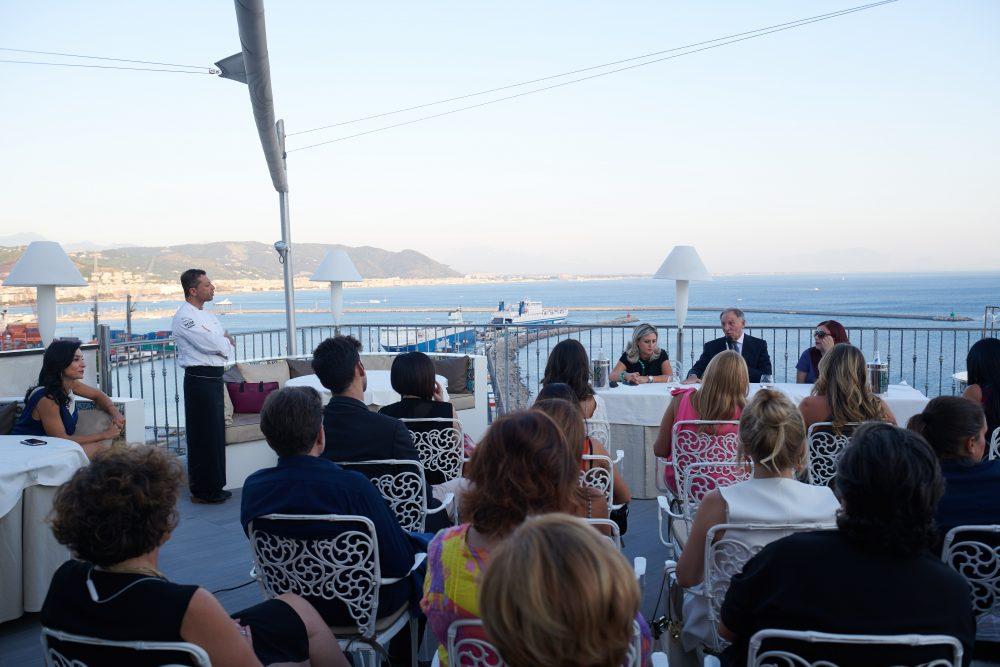 Pubblico presente sulla terrazza dell'Hotel Lloyds Baia di Vietri sul Mare