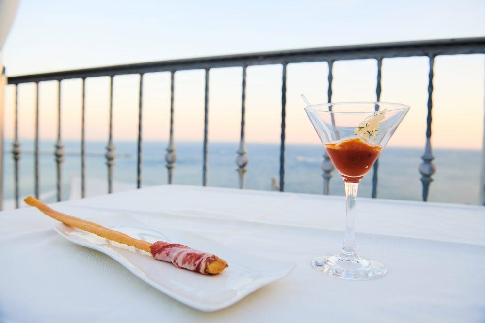 Ristorante Re Mauri' Grissini all'olio evo con capocollo di Martina Franca e polpetta con crema di ricotta e cialda