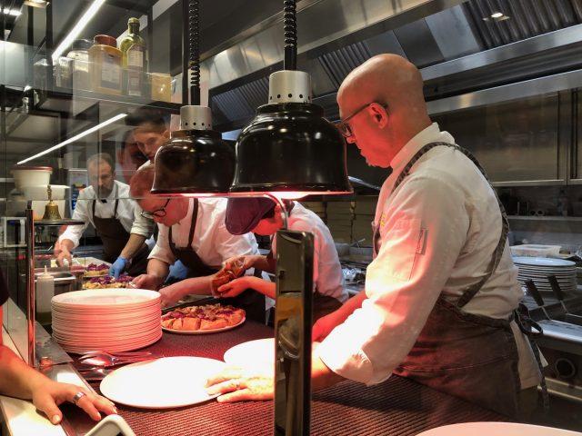 Corrado, Simone e i suoi collaboratori nella cucina a vista