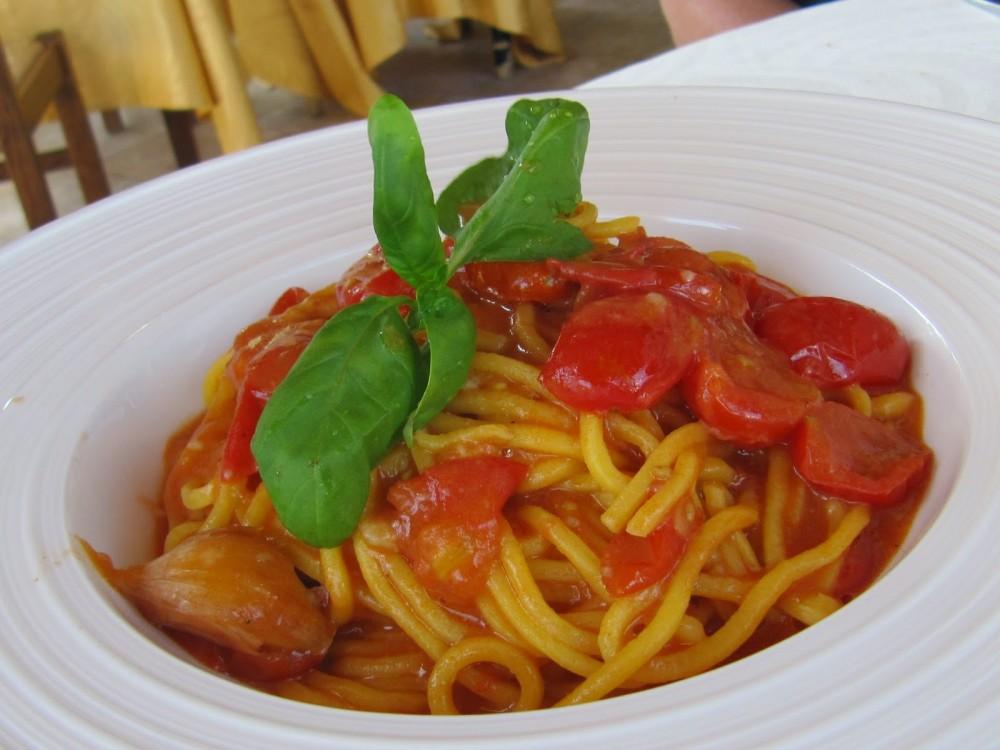 Agriturismo U Cian, Isolabona, spaghetti al pomodoro e basilico, piatto condiviso con Roberto Mostini, autore della foto