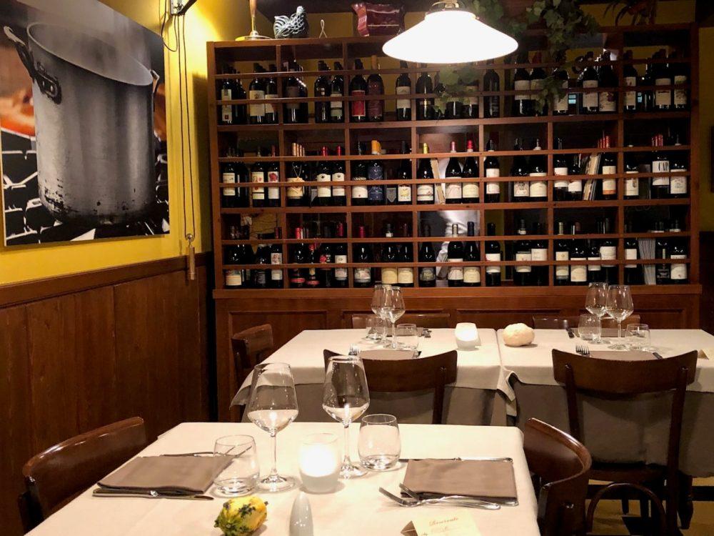 Antica Trattoria del Gallo, tavoli, vini e mise en place