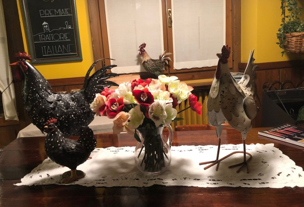 Antica Trattoria del Gallo, i galli e la lavagna delle Premiate Trattorie