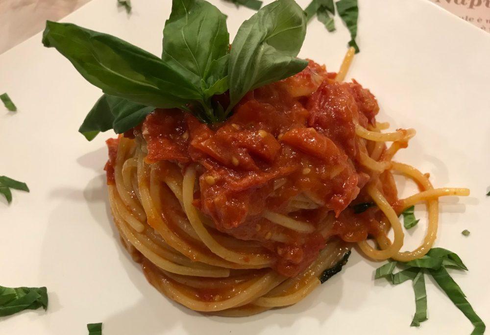La Terrazza, Bettolino, spaghetti al pomodoro del piennolo nel regno di Patrizio Daniele dal Vomero