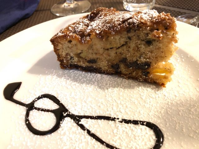 Trattoria Samperone, la torta di mele, amaretti e nocciole servita tiepida