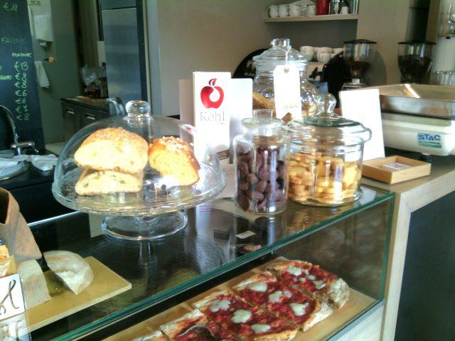 Forno Mollica- La vetrina delle pizze in teglia e i lievitati dolci