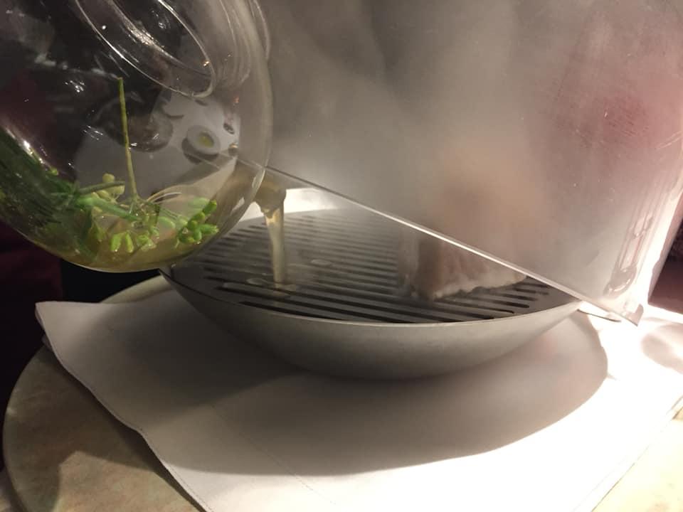 Il Tino, l'affumicatura al tavolo del pesce del giorno