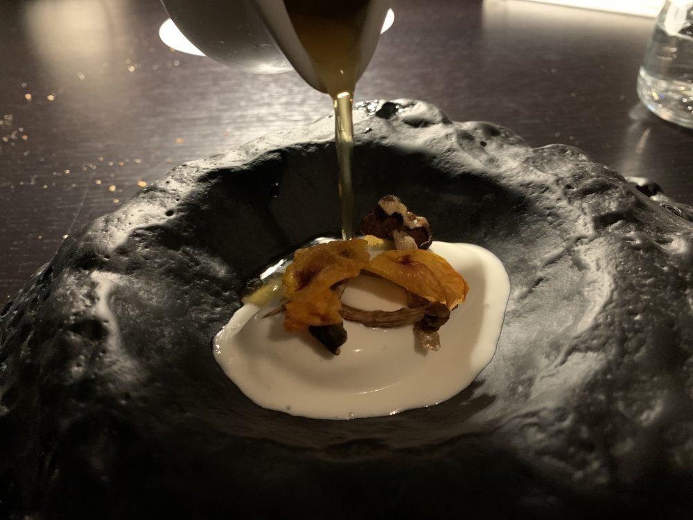 Vitium - Gelato al fior di latte, flakes di pioppini, sciroppo ai fiori di sambuco e pepe bianco