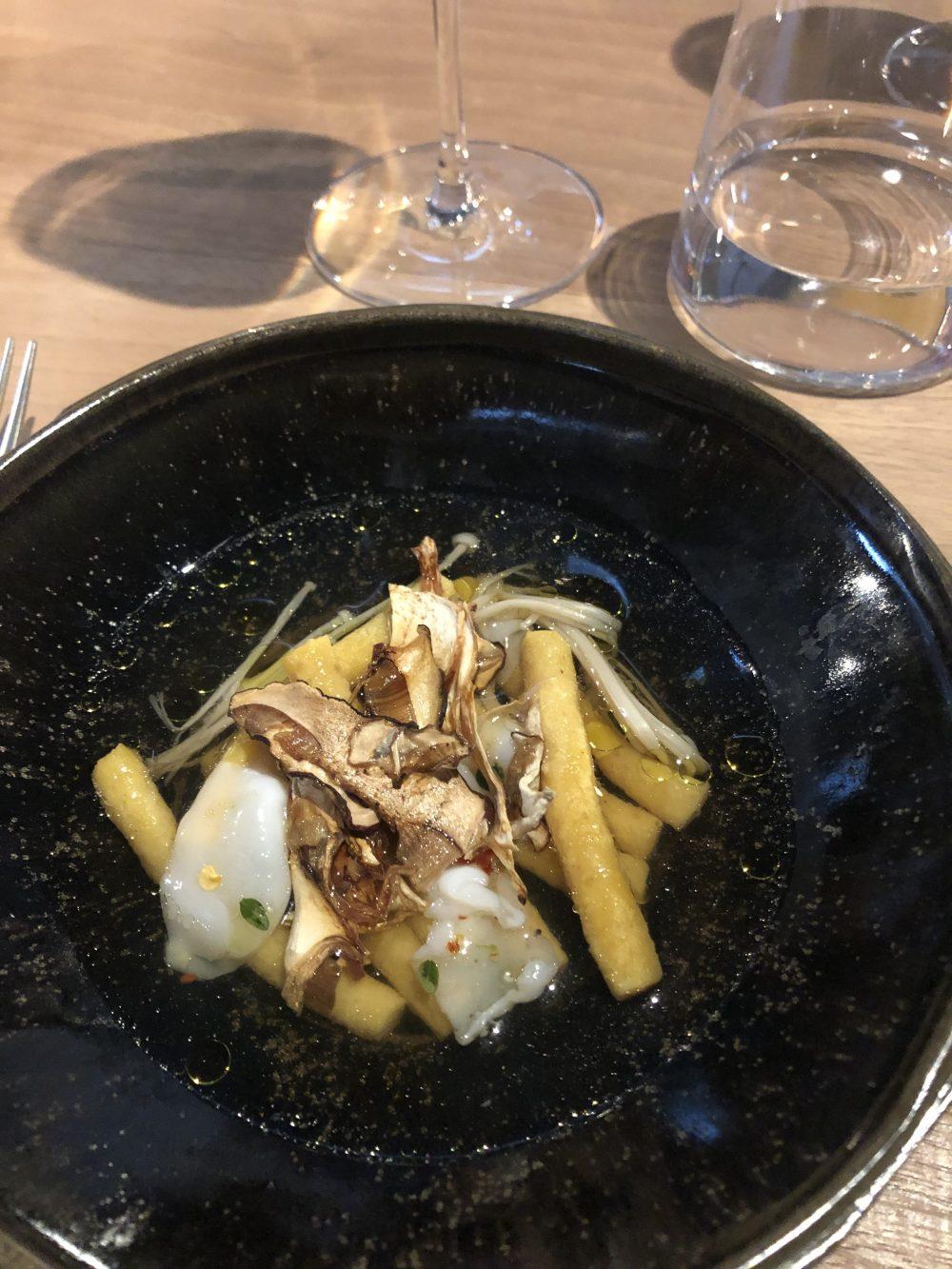 Passatelli in brodo di gallina con funghi enoki e calamari crudi