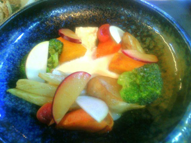 Benso- Il giardino galleggiante -verdure di stagione al burro, mele e susine a crudo, fonduta di parmigiano e yogurt