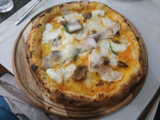 Casale del Fornaccio - La pizza speciale con lardo, fior di latte, crema di zucca e porcini