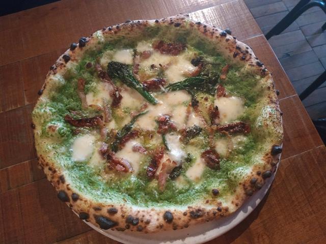Cirillo's - la pizza speciale con broccoli e guanciale