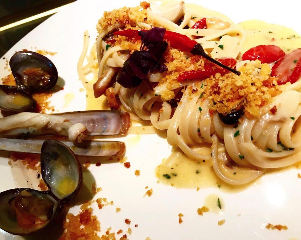 Spaghettto Aglio Olio & Peperoncino con Panura al Pecorino, 3 tipologie di Aglio, Pomodorini e Frutti di Mare
