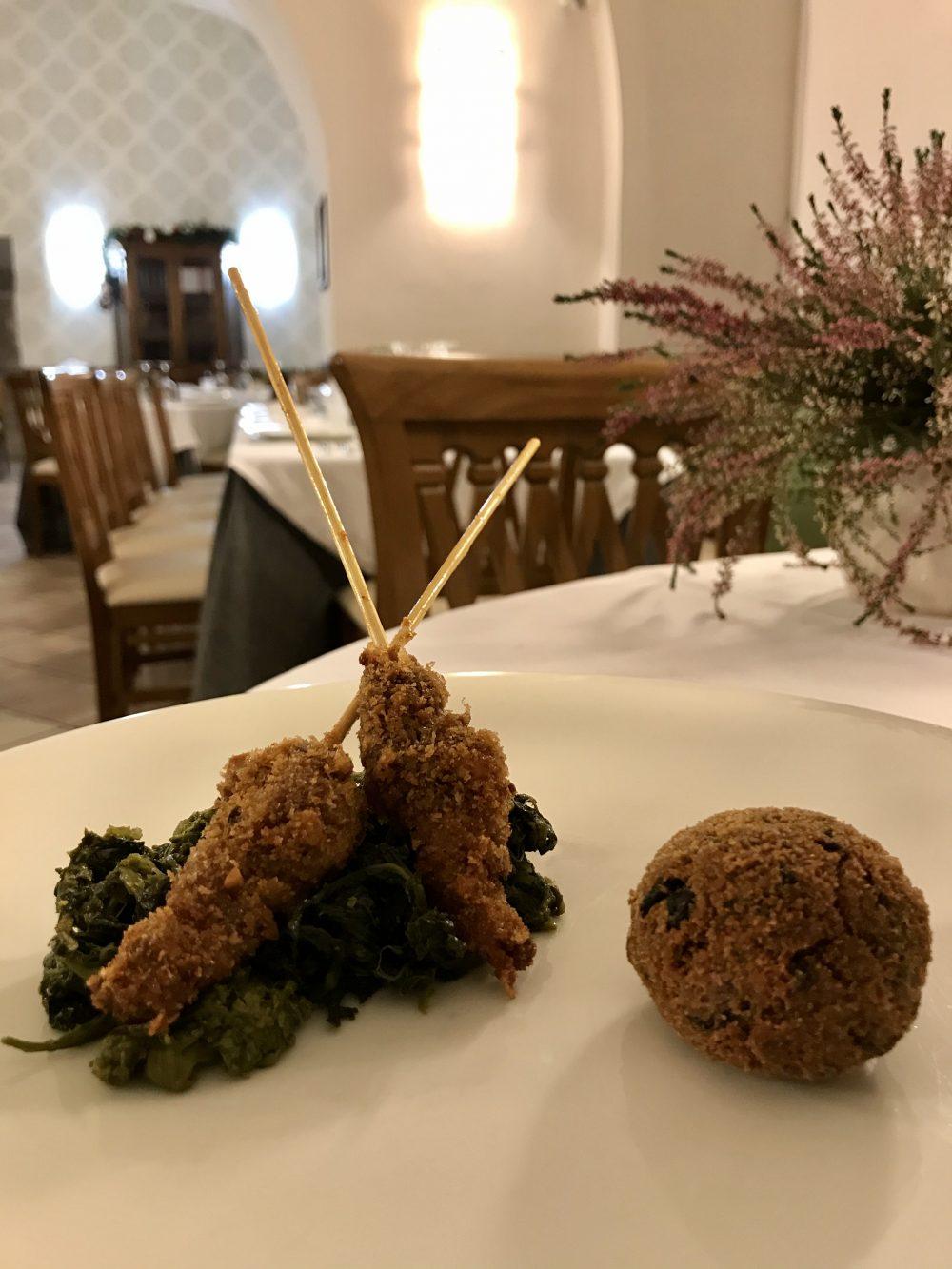 Il Frantoio Ducale - Polpetta di cicoria selvatica con spiedino di maialino con panatura al pistacchio