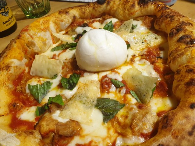 Il Piennolo - Pizza Parmigiana con parmigiana di melanzane, mozzarella, basilico, grana e burrata