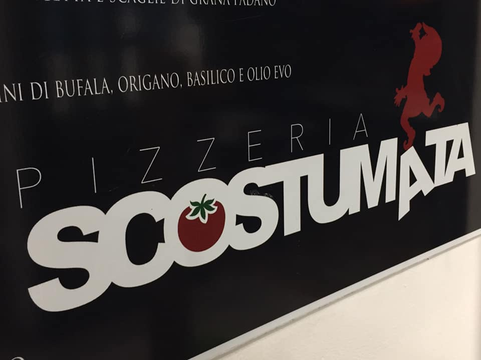 Pizzeria Scostumata, la lavagna col menu