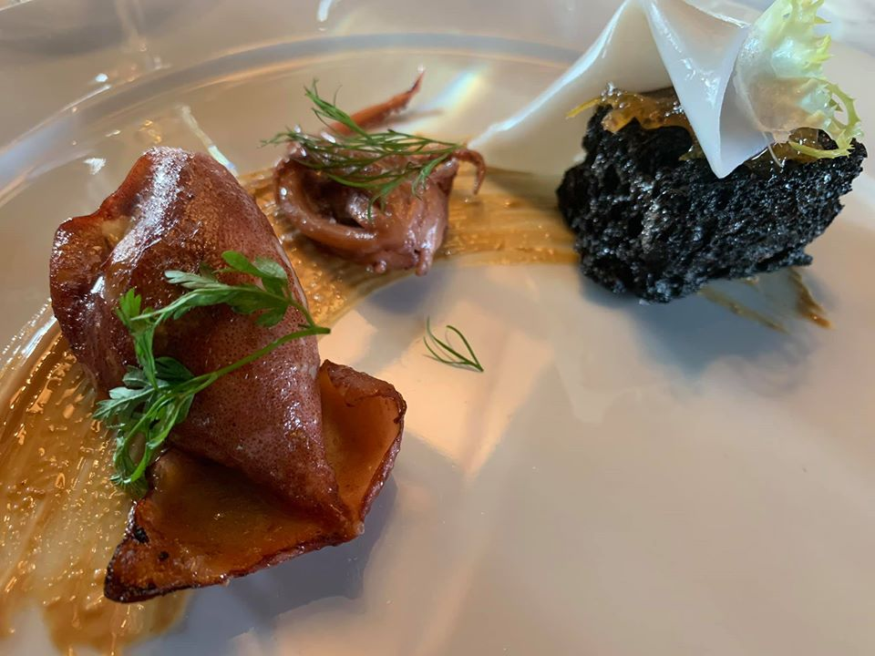 Ristorante Marenna' dei Feudi di San Gregorio, totano ripieno e pane di seppia con sfoglia di calamaro