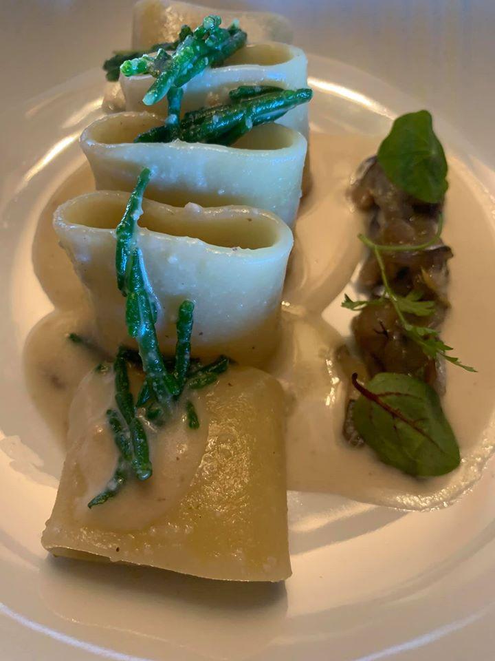 Ristorante Marenna' dei Feudi di San Gregorio, Mezzi paccheri cpm tartare di alici marinate agli agrumi, crema di nocciole e alghe