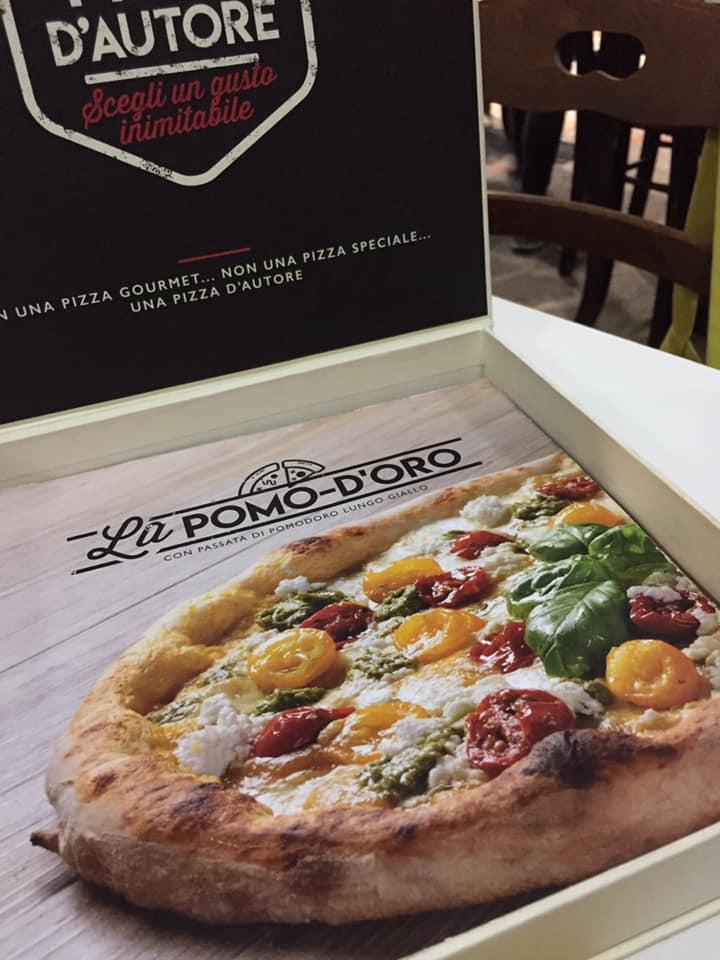 Pizzeria Scostumata, la scatola con il menu