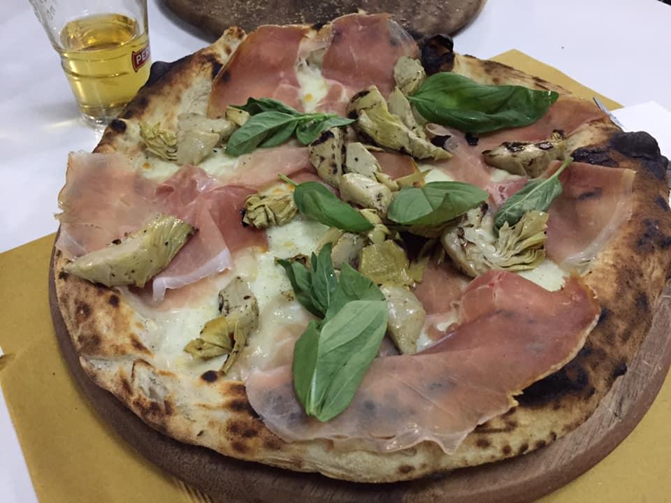 Pizzeria Scostumata, con prosciutto e carciofini arrostiti