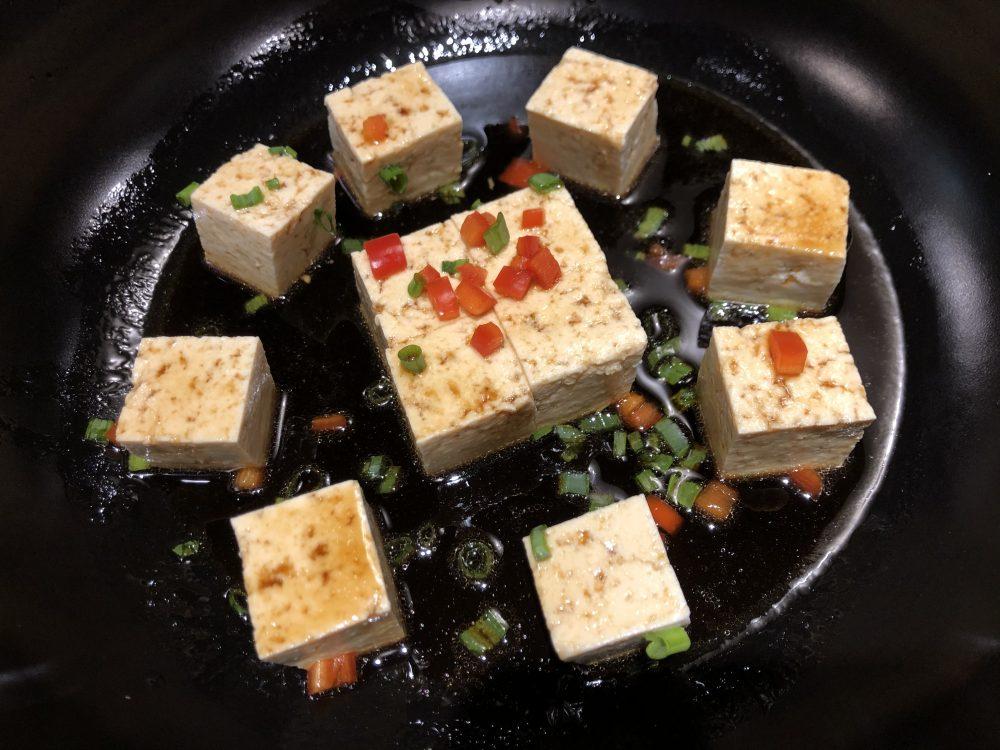 Le Nove Scodelle - Tofu casereccio stufato in wok con peperone, cipollotto, zenzero e pepe di Sichuan