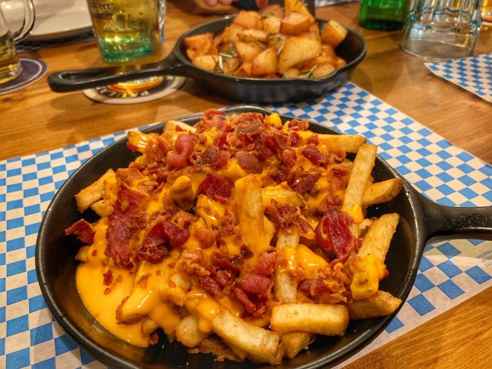 Der Pschorr - patatine fritte con cheddar fuso e bacon croccante