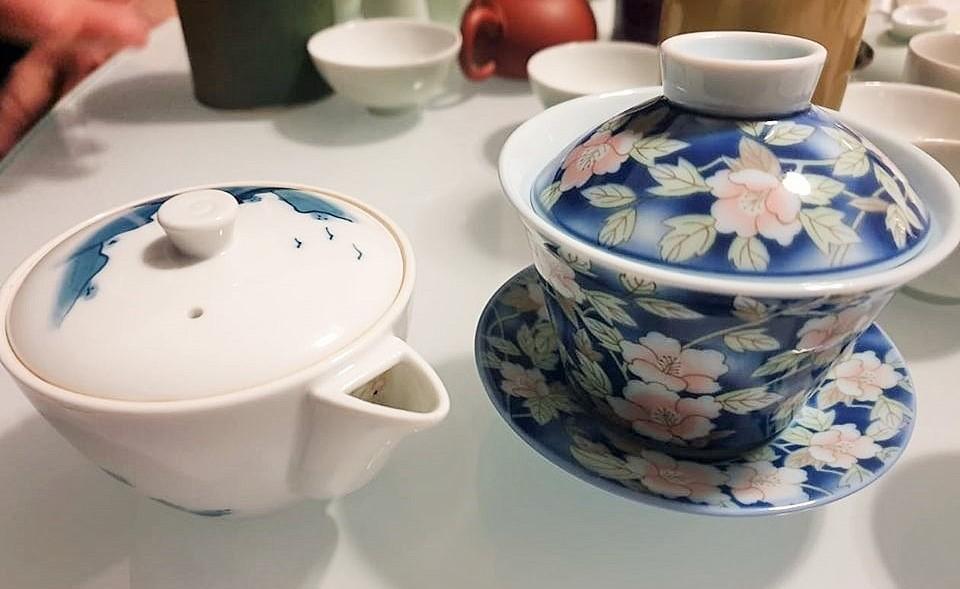 Contenitori a confronto, a sinistra una teiera giapponese, a destra invece una Gaiwan, tazza o teiera cinese
