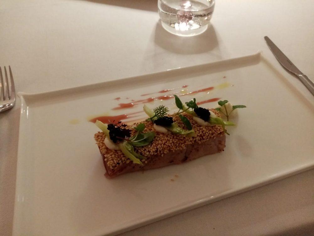 Jose' Restaurant - tonno in sesamo tostato con caviale, puntarelle e burrata affumicata