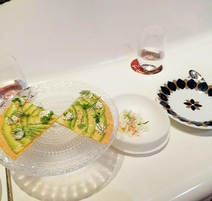 TICKETS - Pizza di avocado con formaggio e a parte maionese al granchio